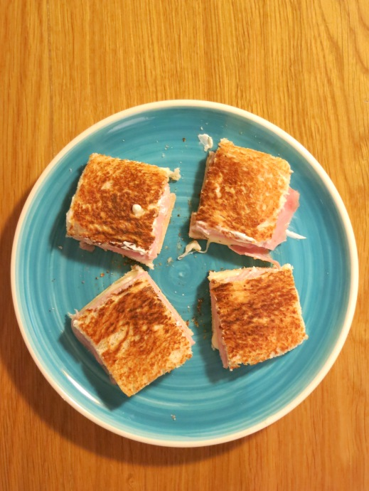 Sandwich caliente de jamón y queso